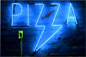 mavi renk pizza neon ışıklı yazı